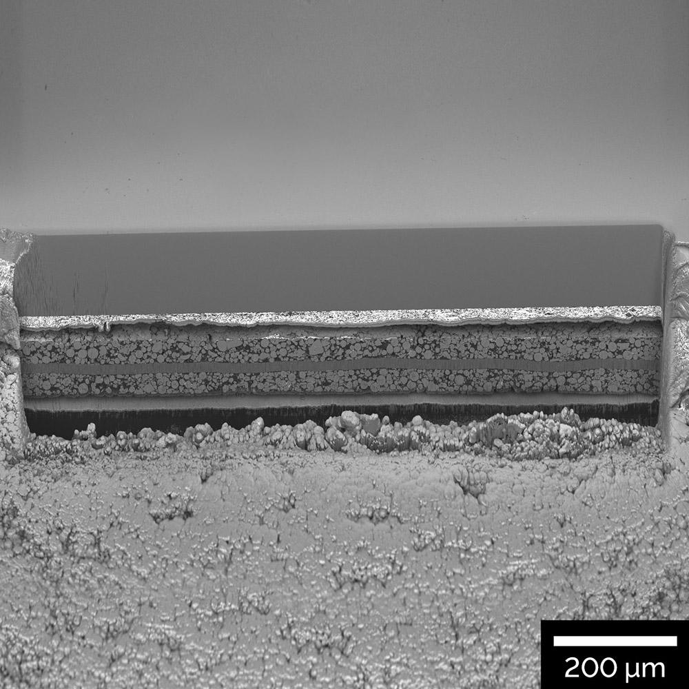 Seção transversal de 1 mm através de um eletrodo de bateria de íon de lítio